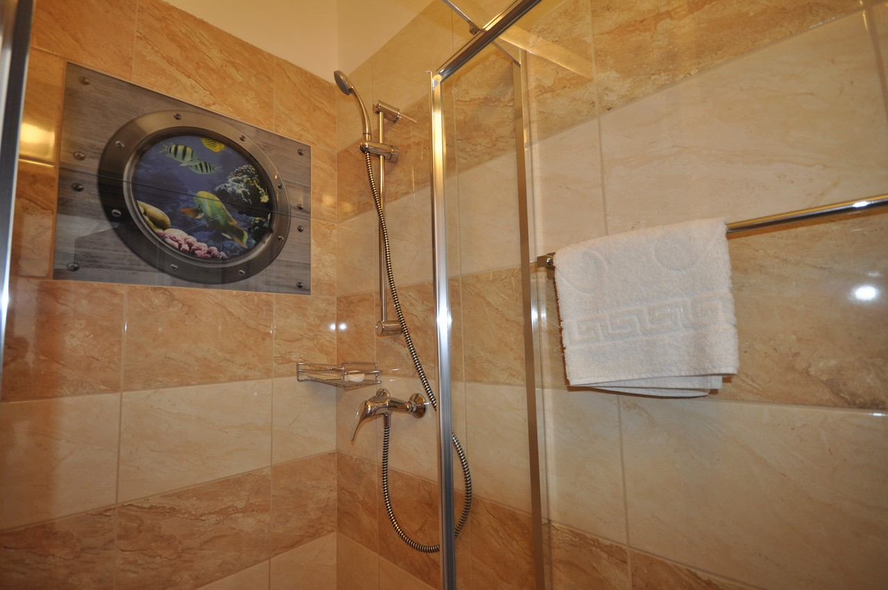 Medium, with shower (max. 2 persons) – Centrum Hotel & Cafe – Szentendre